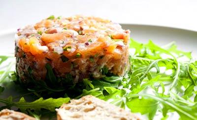 Салат с лососем и перепелиным яйцом